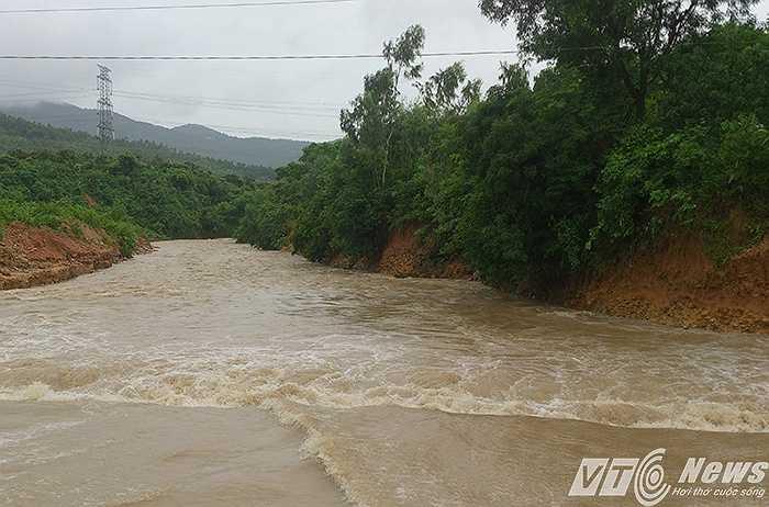 Khiến con suối phía hạ lưu nước cuồn cuộc chảy, xoáy mạnh gây sạt lở hai bên.