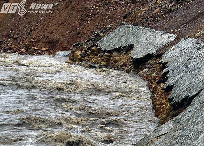 Tuyến đường vào chùa Hồ (thị xã Đông Triều) đang được thi công, có nhiều đoạn mới thi công xong đã bị sạt lở.