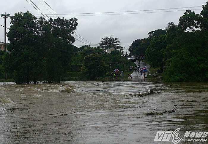 Tại khu vực đập tràn Bến Trâu, thôn Phú Ninh, xã Bình Khê, thị xã Đông Triều (tỉnh lộ 336 từ Yên Tử đi thị xã Đông Triều), nước thượng nguồn dâng cao, khiến khu vực này hồi 8h sáng dâng cao 3-4m. Thời điểm 16h30 vẫn còn dâng cao 1,2m.
