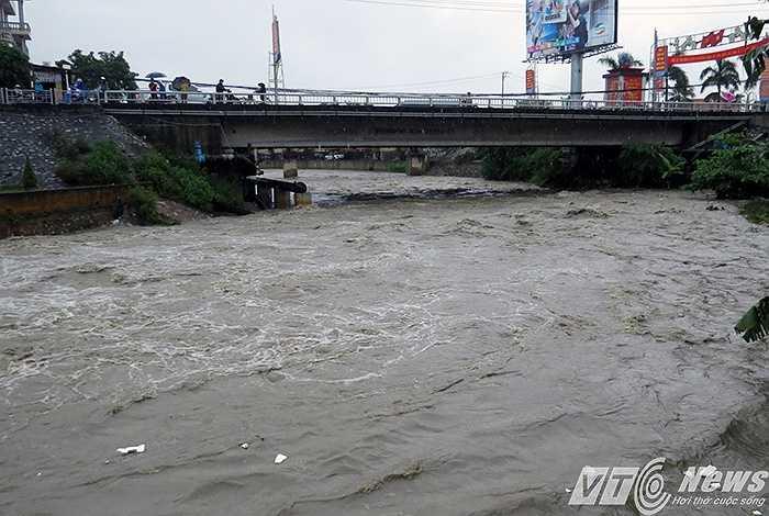 Đến 12h trưa cùng ngày, nước đã rút mạnh