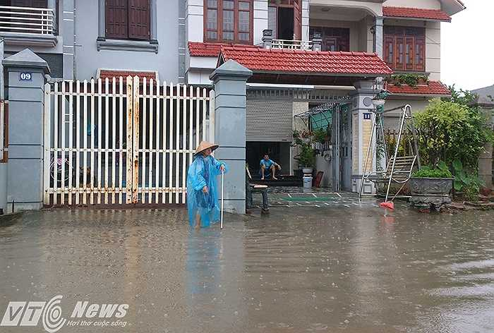 Sau khi nước rút dần, người dân đã tranh thủ thau rửa bùn đất tràn vào nhà dân.