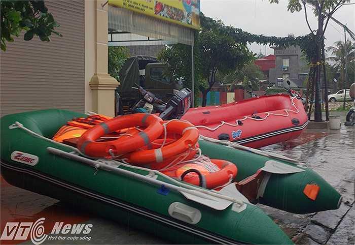 Các loại xuồng, phao cứu hộ cũng được chuẩn bị chu đáo.