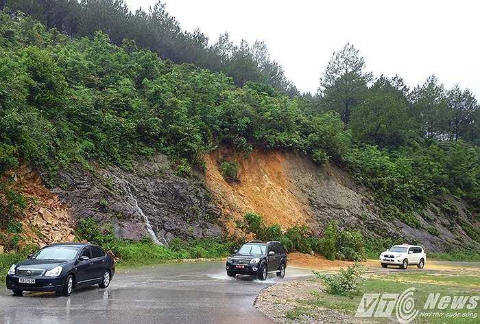 Đường vào khu danh thắng Yên Tử đã xảy ra sạt lở nhiều điểm do nước từ trên núi đổ xuống thư thác.