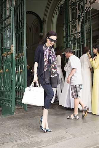 Cô diện những mẫu trang phục hàng hiệu mẫu mới nhất của mùa hè năm nay.