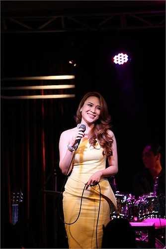 Vàng có lẽ là màu sắc hợp nhất với làn da trắng của nữ ca sỹ, chính vì vậy mà gần đây cô thường xuyên diện màu này.