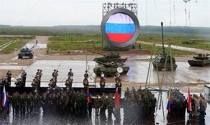 Binh lính thực hiện nghi lễ khai mạc Cuộc thi quân sự quốc tế tại thao trường Alabino, ngoại ô Matxcơva. Binh sĩ các nước đọ sức về kỹ năng chuyên nghiệp trong 14 cuộc thi