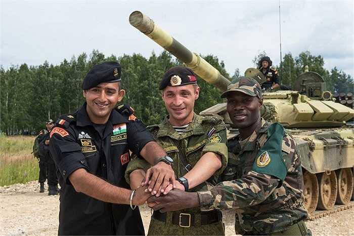 Các binh lính từ Ấn Độ, Nga và Angola thể hiện tình đoàn kết. Họ nói 'Chúng tôi không cần người phiên dịch'