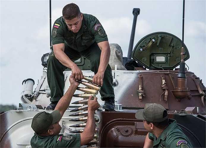 Tổ lái xe chiến đấu thuộc Lực lượng vũ trang Venezuela tiếp nhận đạn dược