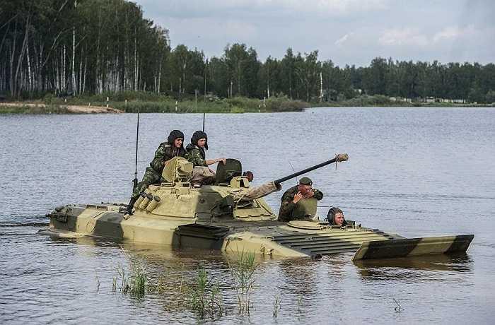 Binh lính Nga luyện tập vượt chướng ngại vật nước trên xe BMP