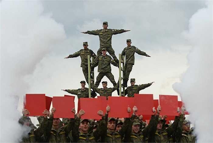 Theo nguyên tắc của cuộc thi các đội sẽ sử dụng vũ khí của quốc gia mình để thi đấu