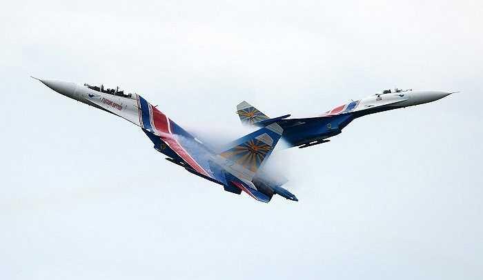 Các hiệp sĩ Nga bay lượn trên bầu trời Matxcơva trong lễ khai mạc