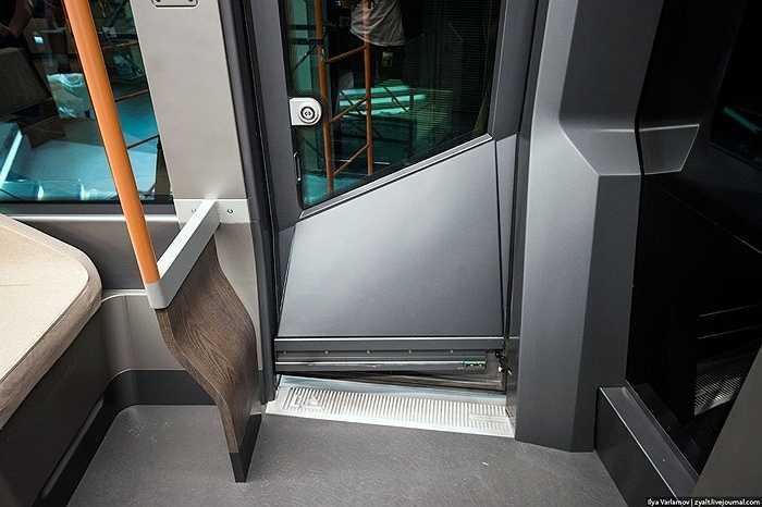 Những cánh cửa trượt mở và được điều hành bởi một màn hình cảm ứng.