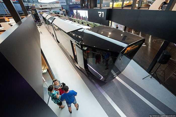 Từ trên cao, chiếc xe điện này trông có vẻ giống như một xe điện truyền thống.
