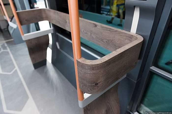 Các tay vịn được làm bằng gỗ, có cột nhôm, và sàn lót vải sơn (linoleum).