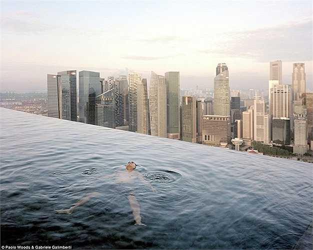 Các đại gia thường xuyên đi du lịch, tận hưởng cuộc sống tại những nơi phong cảnh tuyệt đẹp và dịch vụ tuyệt vời. Đây là hình ảnh một đại gia nằm thư giãn giữa hồ bơi vô cực trên tầng 57 của khách sạn Marina Bay Sands, Singapore.