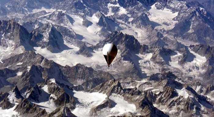 Hay như tỷ phú Richard Branson đã bay vòng quanh thế giới bằng khinh khí cầu.