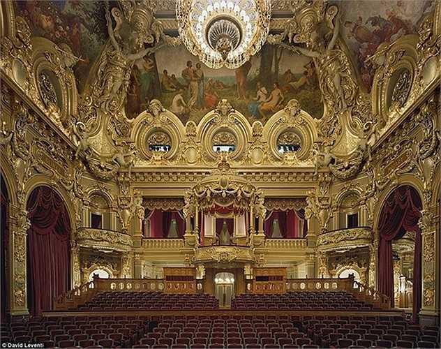 Họ cũng có những thú vui tao nhã như thưởng thức nhạc kịch. Nơi họ đến thường là những nhà hát đẳng cấp nhất thế giới như nhà hát Opéra de Monte-Carlo ở Monaco, nơi giới thượng lưu thưởng thức nghệ thuật mỗi khi rảnh rỗi.