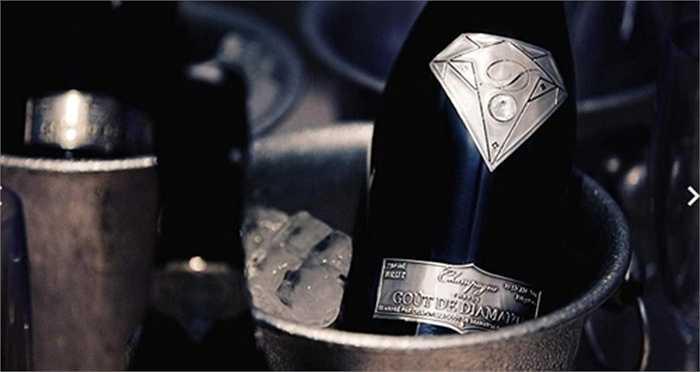 Họ sẵn sàng chi 1,8 triệu USD một lúc để 'đầu tư' một chai rượu đắt đỏ nhất thế giới - Goût de Diamants cho một bữa tiệc.