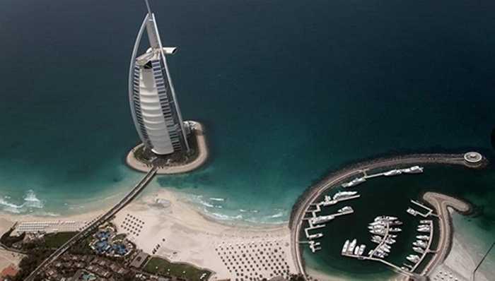 Hoặc ngủ trong khách sạn 7 sao duy nhất và đắt nhất thế giới - Burj Al Arab ở Dubai với giá thuê phòng là 18.000 USD/đêm.