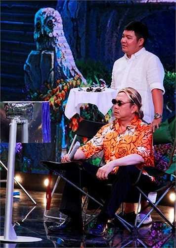 Ông chủ Chí Tài trong vai vị đạo diễn khó tính thích chải chuốt.