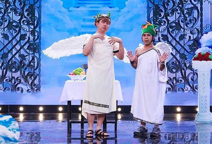 Hội quán tiếu lâm thay đổi bối cảnh thiên đường để phục vụ khách mời buổi tối là 'thiên thần' Bạch Long. Danh hài gây cười khi xuất hiện với bộ váy quyến rũ và biểu cảm hài hước.