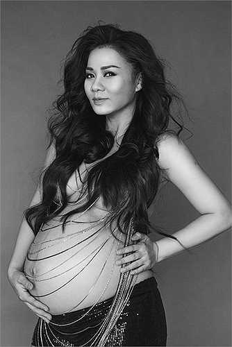 Thu Minh vừa mang thai con trai đầu lòng cách đây không lâu. Để kỷ niệm quãng thời gian đặc biệt này, nữ ca sĩ đã chụp bộ ảnh bán nude gợi cảm.