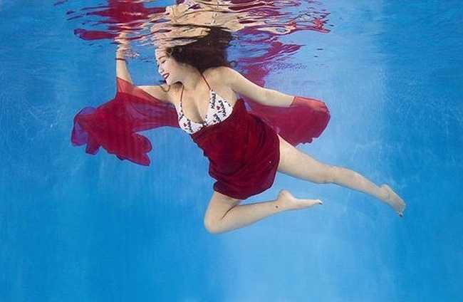 Nữ diễn viên khoe bụng bầu dưới nước.
