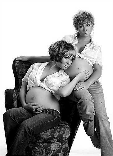 Chị em sinh đôi Thúy Hạnh và Thúy Hằng cùng chụp ảnh khoe bụng bầu khi cả hai cùng làm mẹ một lúc.