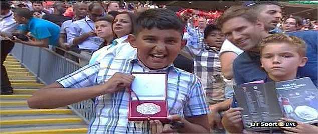 Cậu bé may mắn có được huy chương Siêu cúp Anh từ Mourinho là một fan Arsenal