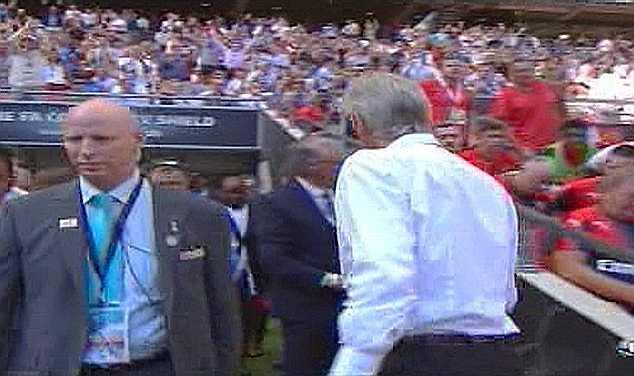 Khá lâu sau đó Wenger mới tiến vào đường hầm