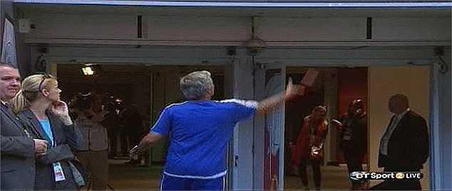 Trước khi tiến vào đường hầm, Mourinho còn cao hứng ném tặng huy chương cho khán giả