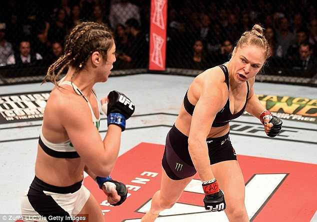 Ronda Rousey chỉ mất 34 giây để hạ đo ván võ sĩ Brazil Bethe Correira trong trận bảo vệ đai vô địch hạng gà.