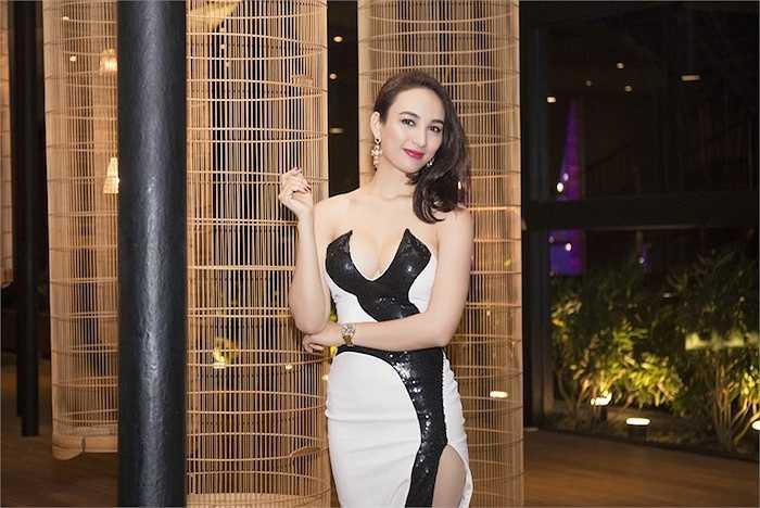 Bộ váy với những đường cắt cúp tinh tế giúp Ngọc Diễm khoe được đường cong hoàn hảo của mình.