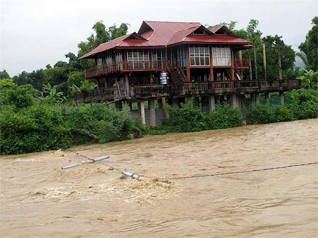 Nhiều ngôi nhà ở Điện Biên trước nguy cơ bị lũ cuốn trôi (Ảnh: Chu Quốc Hùng)