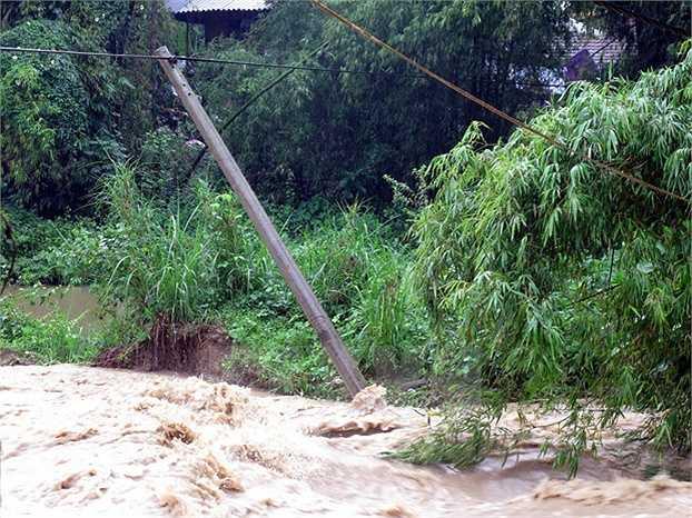 Đường cấp điện tại xa Thanh Hưng ở Điện Biên không thể trụ vững trước mưa lũ. (Ảnh: Chu Quốc Hùng)