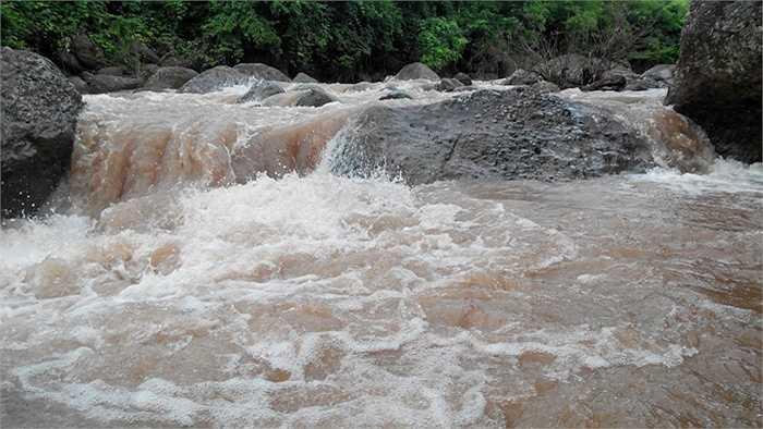 Nước ở Nậm Cuổi, Lai Châu chảy xiết (Ảnh: Nguyễn Công Hải)
