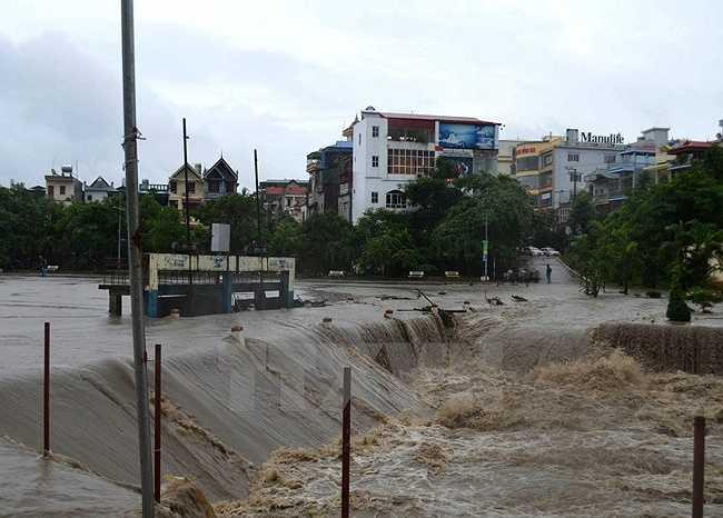 Nước lũ tàn phá mọi nơi mà nó đi qua. (Nguồn: TTXVN)