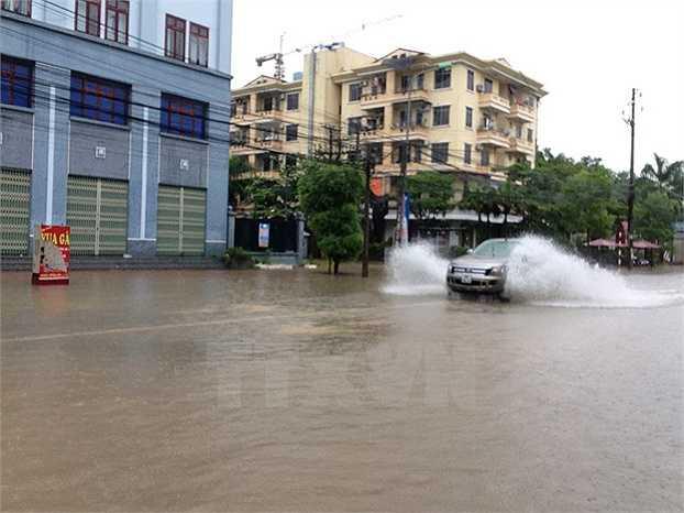 Đường phố ngập sâu trong nước (Ảnh: Văn Vĩnh)