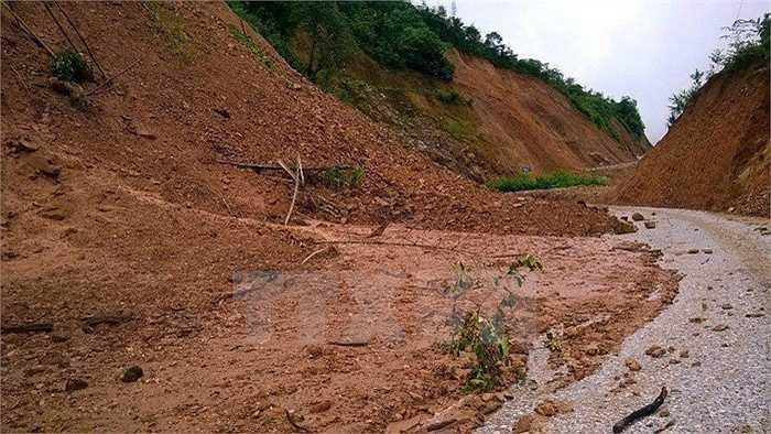 Những ngày qua, trên địa bàn tỉnh Bắc Kạn đã có mưa to ở gần như tất cả các huyện, làm sạt lở đất ở nhiều nơi, nhiều tuyến đường bị sạt lở nghiêm trọng. (Ảnh: Văn Vĩnh)