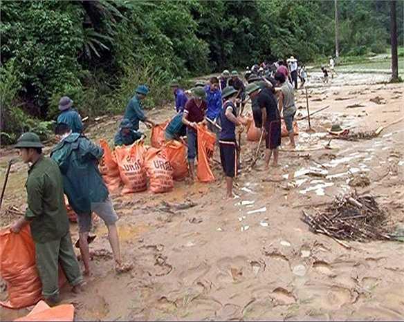 Người dân khắc phục hậu quả sau mưa lũ. (Ảnh: Đức Hiếu)