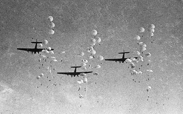 Lính dù Liên Xô đổ bộ từ máy bay