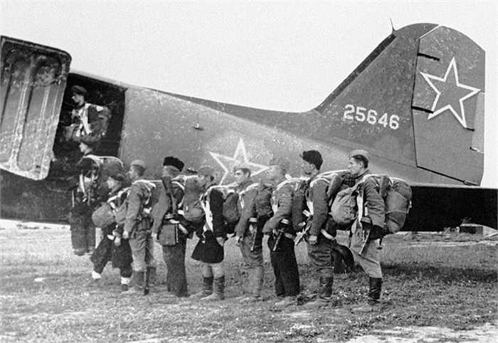 Các binh sỹ dù Liên Xô chuẩn bị lên máy bay năm 1944