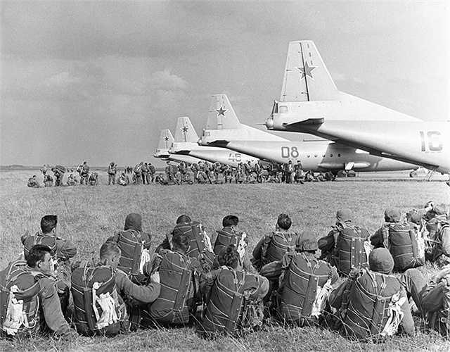Chuẩn bị lên máy bay làm nhiệm vụ đổ bộ