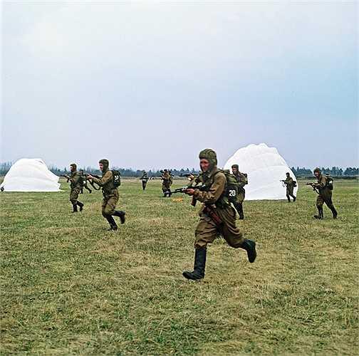 Lính dù Nga luyện tập
