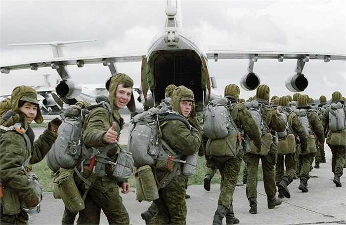 Các binh sỹ trước giờ lên máy bay