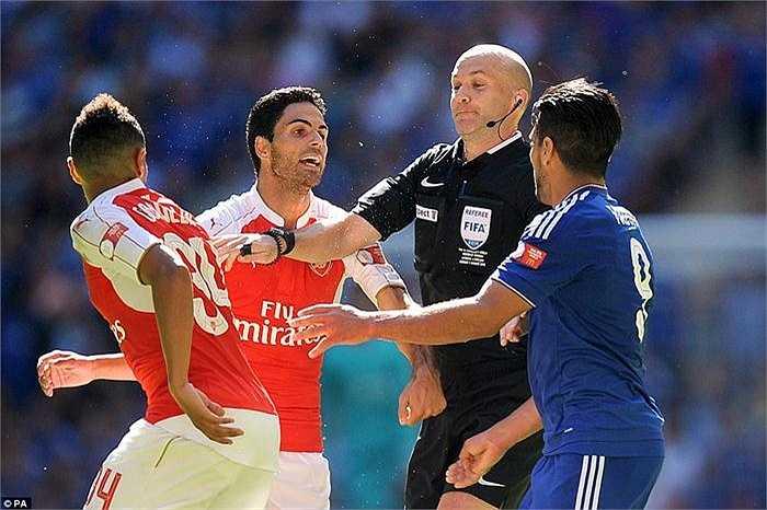 Tính căng thẳng của trận đấu được hiểu hiện qua màn ẩu đả giữa Mikel Arteta và Radamel Falcao.