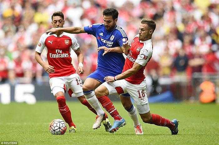 Màn trình diễn xuất sắc của Cech làm lu mờ ngày tái ngộ Arsenal của Cesc Fabregas