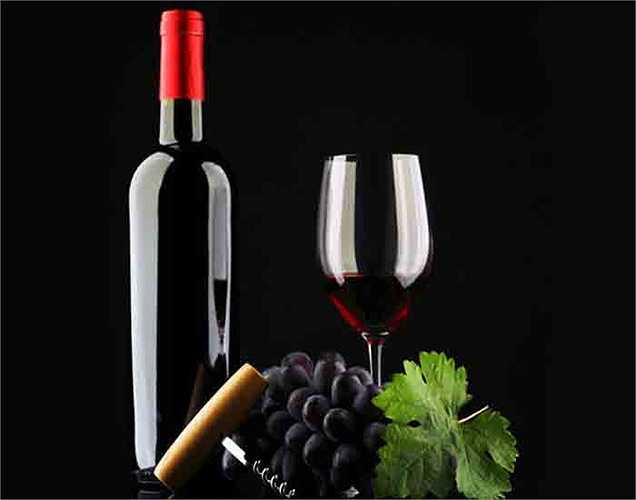 Rượu và sâm banh: Bất cứ điều gì vượt quá luôn luôn là có hại. Điều này cũng đúng khi bạn uống rượu và sâm banh. Uống điều độ thì tốt cho trí não. Các nghiên cứu cho thấy chất chống oxy hóa trong các đồ uống như rượu vang và sâm banh giúp các tế bào thần kinh kết nối tốt hơn.