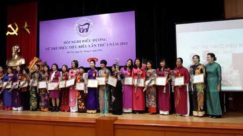 Các Nữ trí thức nhận giải thưởng tại Hội nghị