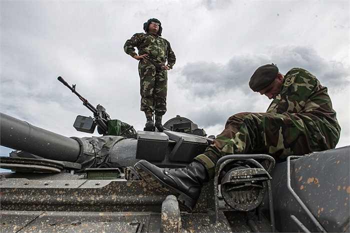 Các binh sĩ đến từ Nicaragua làm quen với thao trường Nga.Chỉ huy trưởng xem xét địa hình lạ trong khi kỹ thuật viên kiểm tra lại các thiết bị